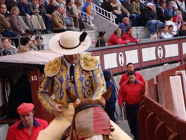 Antonio Galvan Bala hijo abandona el ruedo entre aplausos tras picar a Cantarito, toro cardeno oscuro de 517 kilos nacido en enero de 2006 en la ganaderia Moreno Silva encaste Saltillo lidiao el 6º de la tarde del 30 de abril de 2009 en la plaza las Ventas de Madrid para el que se pidio vuelta al ruedo